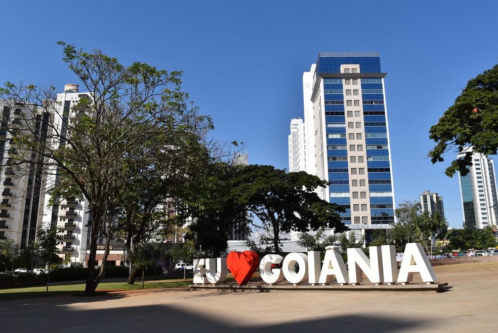 """Letreiro """"Eu amo Goiânia"""" na Praça do Sol em Goiânia, Goiás — Foto: Vanessa Chaves/G1"""