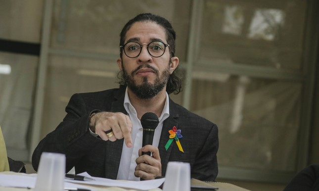 Justiça condena o terraplanista Olavo de Carvalho a indenizar Jean Wyllys por fake news