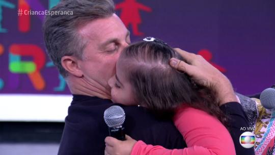 Luciano Huck reencontra a pequena Lara Cristyne