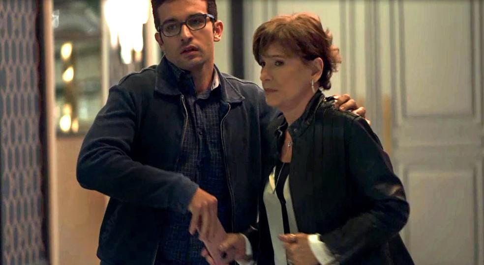 Zé Hélio (Bruno Bevan) entrega celular de Fabiana (Nathalia Dill) a Beatriz (Natália do Vale), em 'A Dona do Pedaço' — Foto: Globo