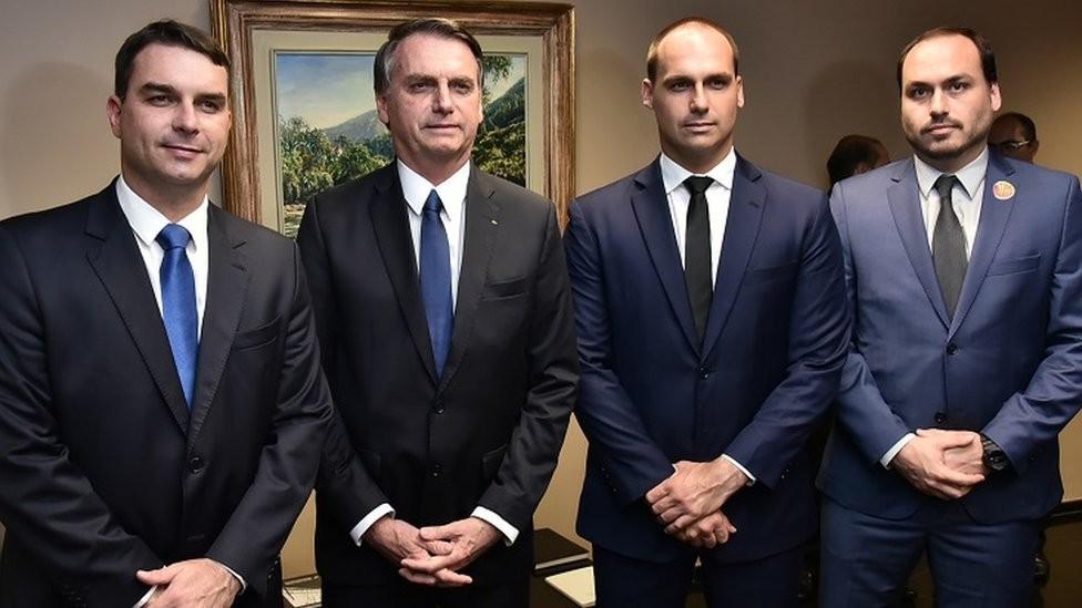 Jair Bolsonaro e seus três filhos (Foto: EQUIPE DE TRANSIÇÃO/RAFAEL CARVALHO)