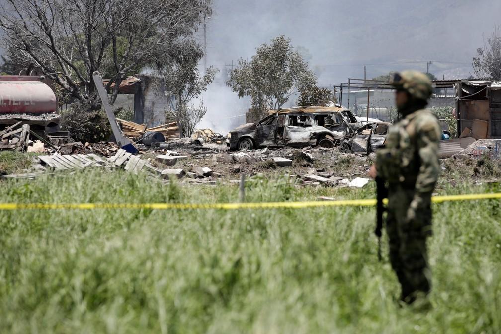 Soldado vigia área isolada onde houve explosão em oficina de fogos de artifícios no México (Foto: Reuters/Daniel Becerril)