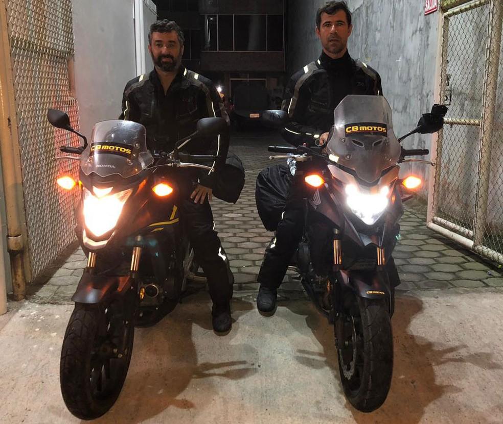Rodolfo e Claudinei com suas motos, ainda no Equador — Foto: Claudinei Batista/Arquivo pessoal