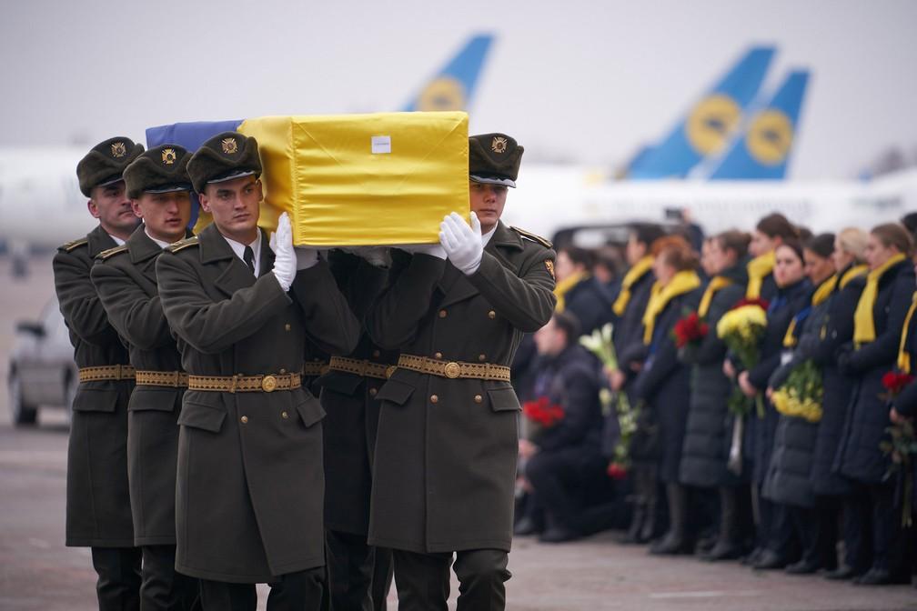 Soldados carregam caixão com uma das onze vítimas ucranianas do desastre com o avião que foi derrubado pelo Irã, em Teerã , em janeiro de 2020 — Foto: Serviço de imprensa presidencial ucraniana / Reuters