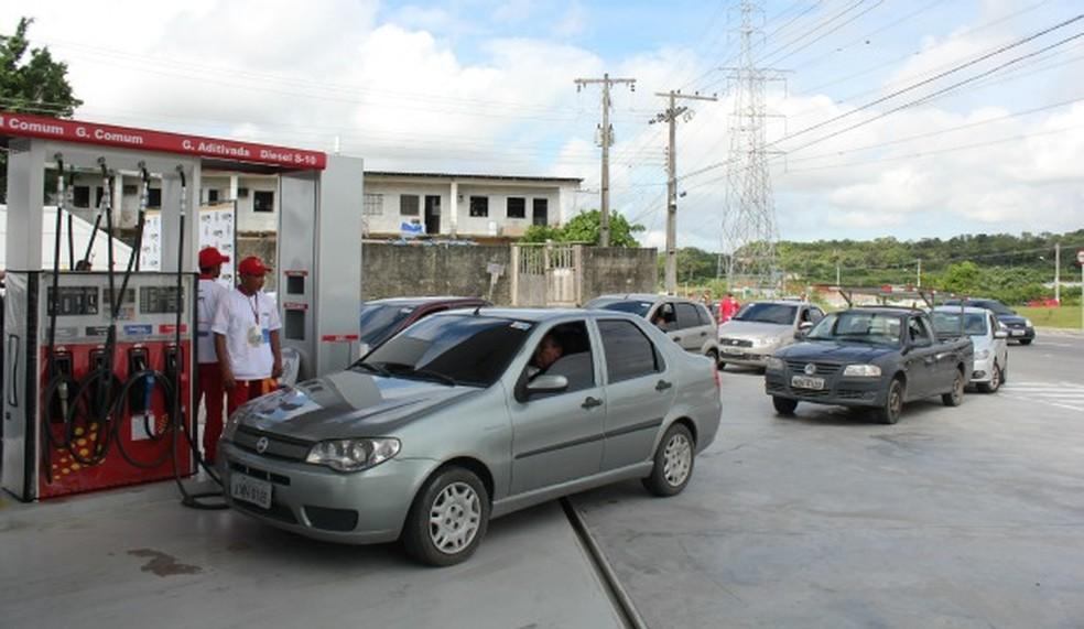 Motoristas  em busca de preços promocionais em Manaus — Foto: Tiago Melo/G1 AM