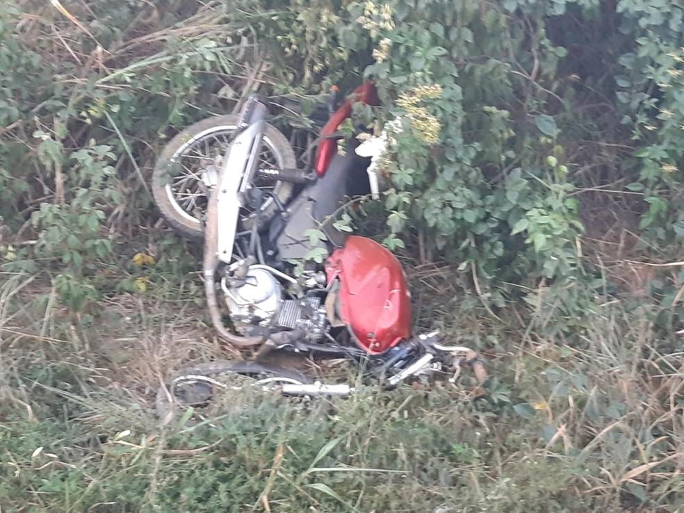 Motocicleta ficou destruída após a batida — Foto: Divulgação/PRF