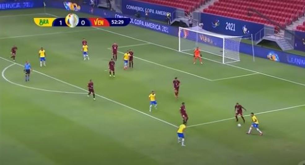 Jesus procura Ribeiro, na entrada da área. Toque de primeira fez atacante do City sair bem próximo do gol — Foto: Reprodução