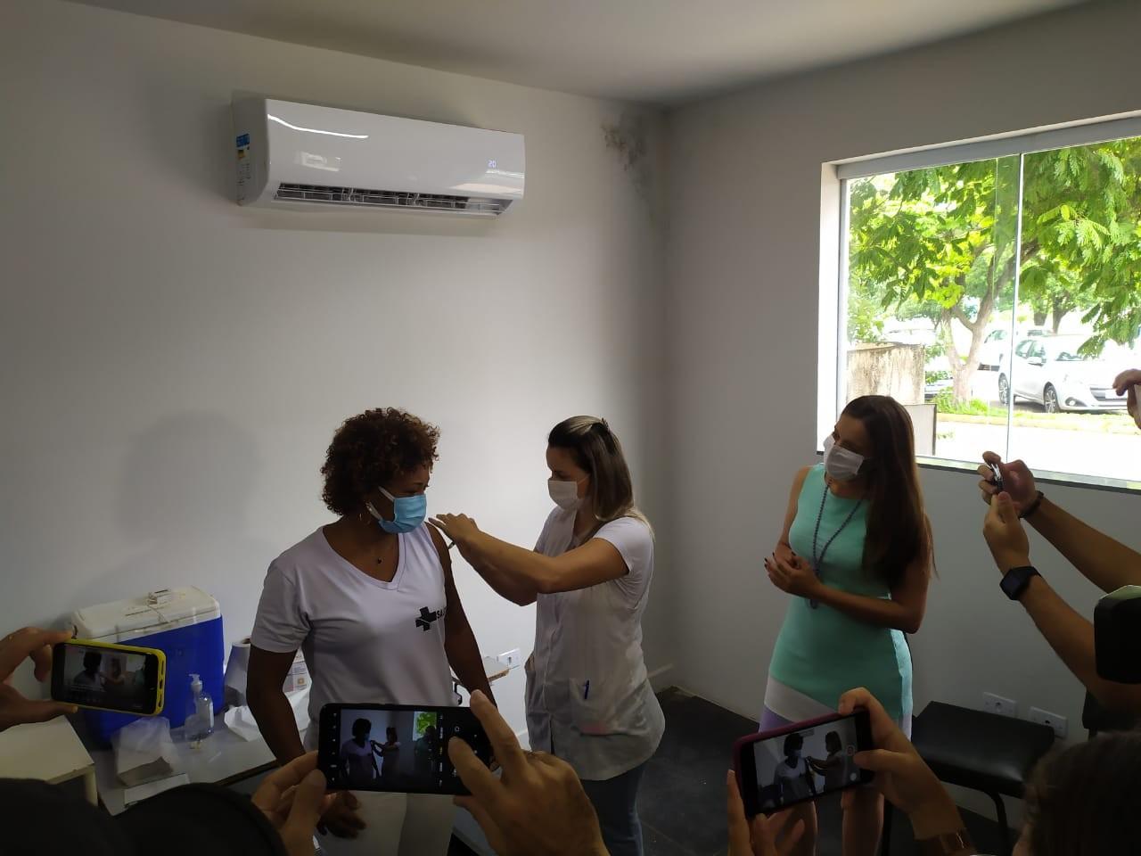 Auxiliares de enfermagem da linha de frente de combate à Covid-19 são as primeiras vacinadas em Presidente Venceslau