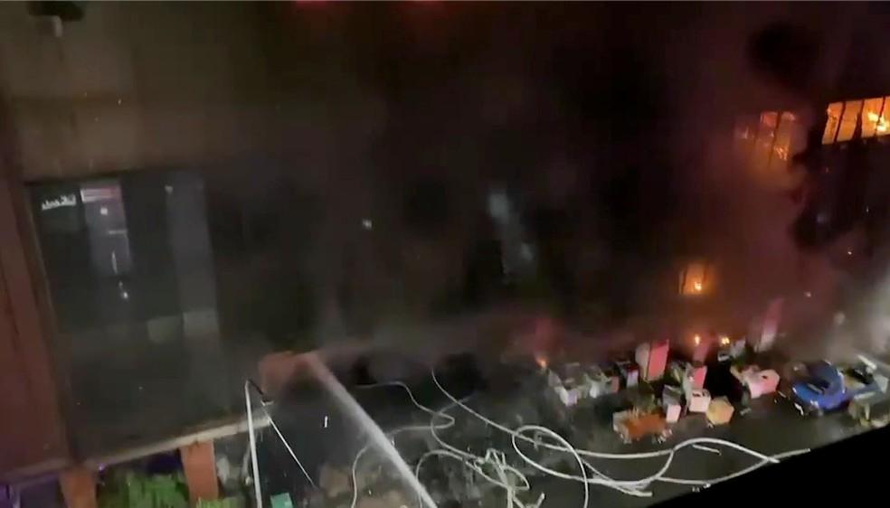 Bombeiros tentam apagar chamas de incêndio que deixou dezenas de mortos em prédio em Kaohsiung, Taiwan, em 14 de outubro de 2021 — Foto: Chang Yu Chen via Reuters