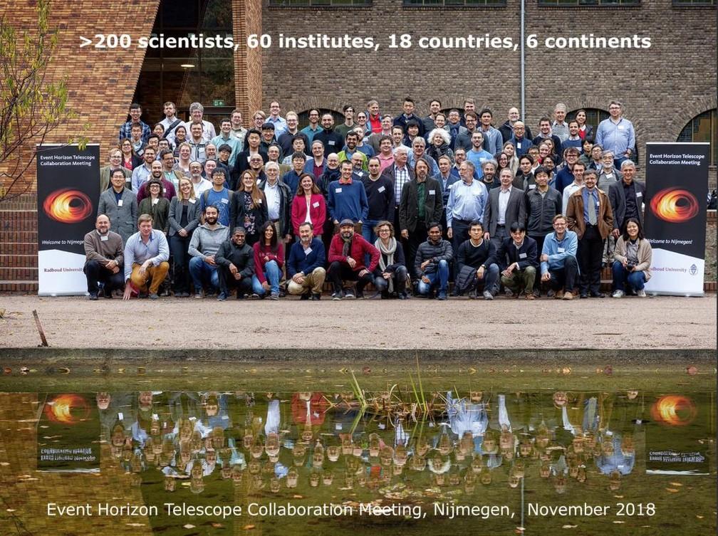 O projeto Event Horizon Telescope (EHT) publicou uma foto de novembro de 2018, em uma das reuniões que reuniu alguns dos pesquisadores envolvidos. No total, são mais de 200 cientistas de 60 institutos, 18 países e 6 continentes — Foto: Divulgação/EHT