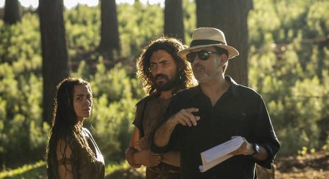 O diretor Edgard Miranda orienta Juliana Boller e Carlo Porto em 'Gênesis' (Foto: Edu Moraes/Record)