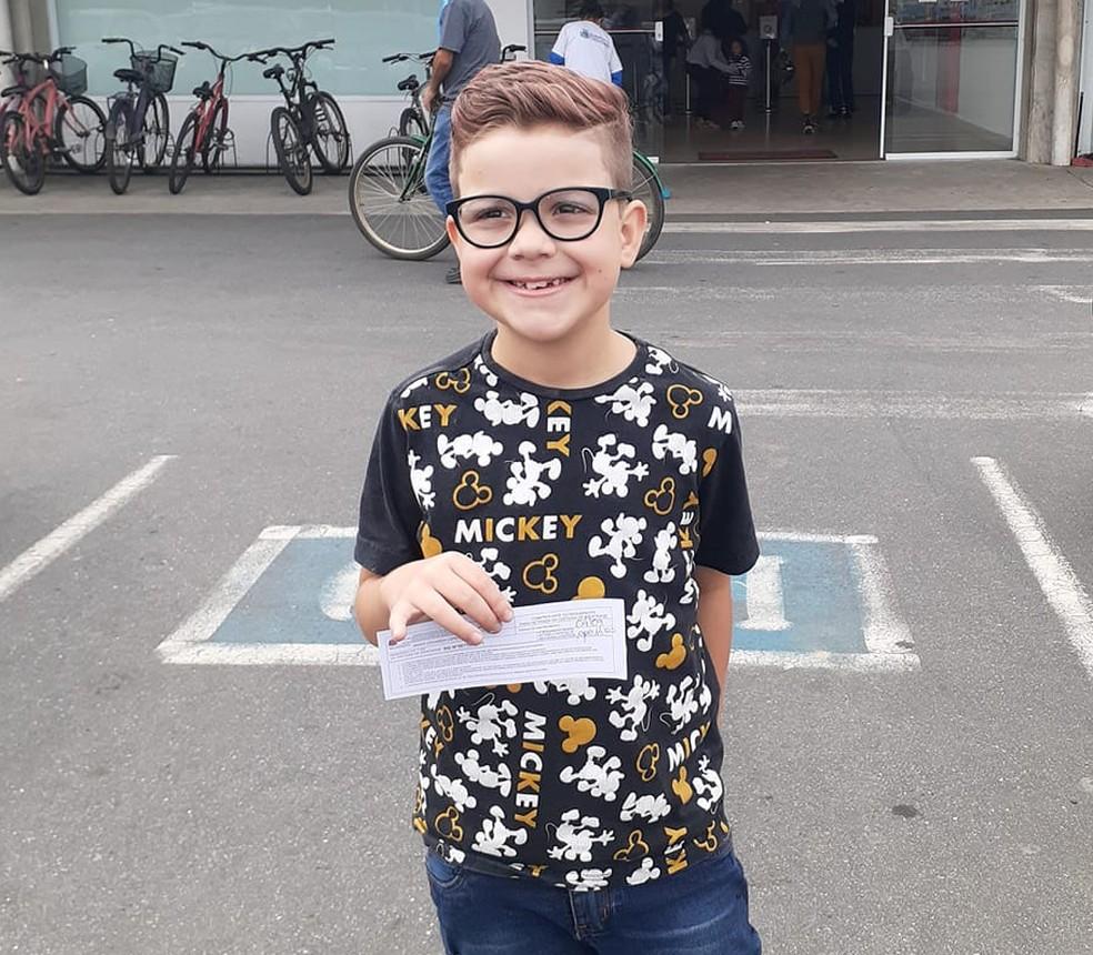 Eduardo tem oito anos e passou nome social para o registro  — Foto: Arquivo Pessoal