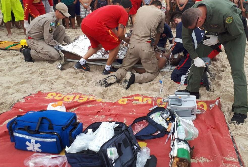 Homem sofre ataque cardíaco no mar de Matinhos (Foto: Batalhão de Operações Aéreas/Divulgação)