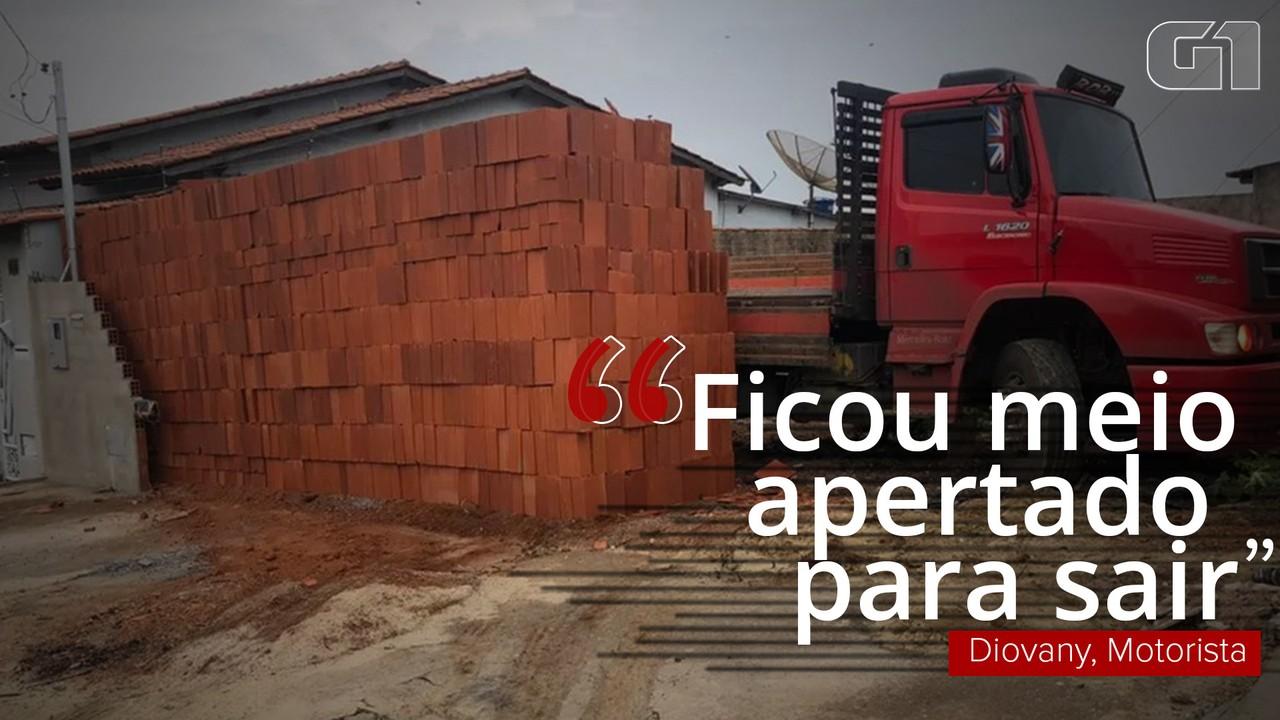 Motorista viraliza após descarregar 5,5 mil tijolos com ajudante e deixar caminhão 'preso