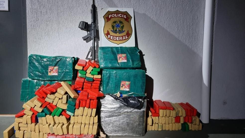 Drogas e fuzil apreendidos pela PF em carreta bitrem carregada com soja em MS — Foto: PF/Divulgação