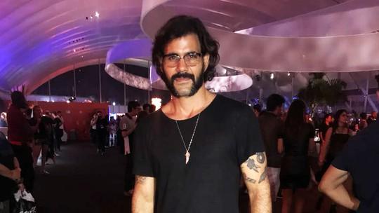 Juliano Cazarré sobre seu look no Rock in Rio: 'Vim de saia não para causar. Estamos em 2017'