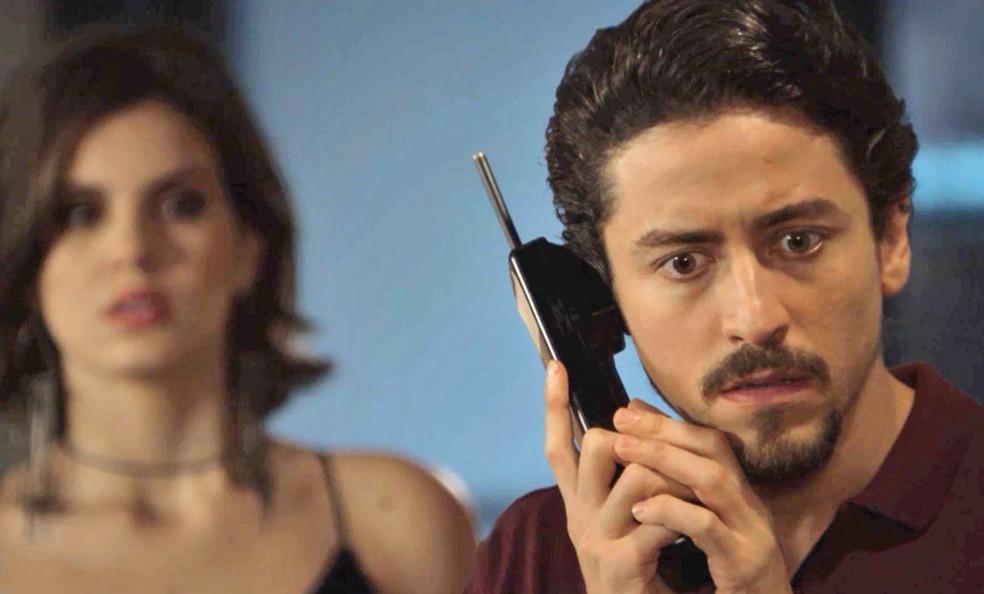 Jerônimo (Jesuíta Barbosa) fica sabendo que o relacionamento de Janaína (Dira Paes) e Herculano (Humberto Martins) está em crise, em 'Verão 90' — Foto: TV Globo