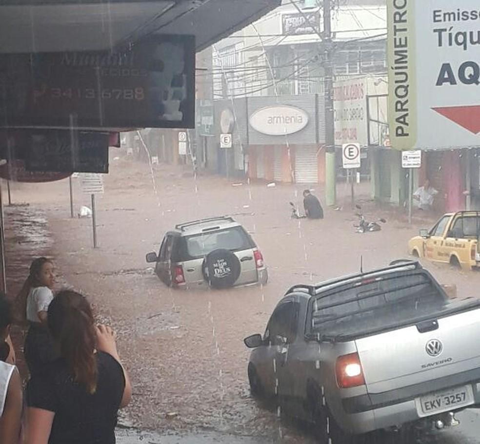 Rua Geminiano Costa ficou alagada no Centro de São Carlos (Foto: Arquivo Pessoal)