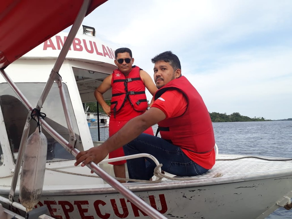 Gelson Araújo e Fabiano Dias, chefes da Brigada e do Samu, respectivamente, foram até a comunidade socorrer a vítima — Foto: Márcio Garcia/Arquivo Pessoal
