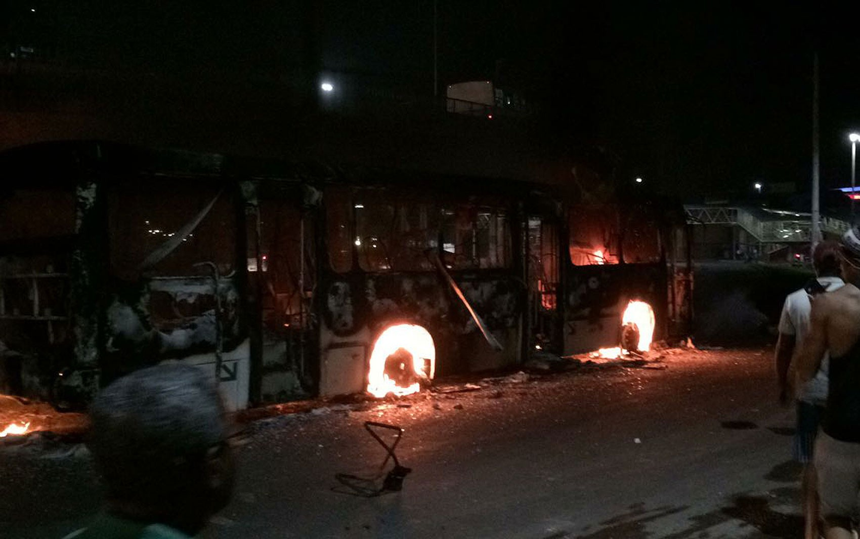 Grupo queima 2 ônibus após tiroteio com suspeito morto e criança baleada