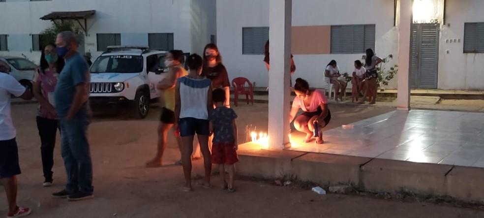 Moradores ascenderam levas em homenagem à Maria Vitória — Foto: Ravi Marques /TV Clube