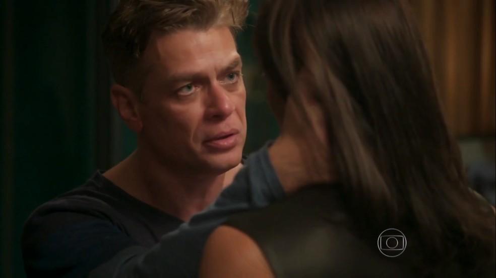 Arthur (Fábio Assunção) diz a Carolina (Juliana Paes) que a ama, em 'Totalmente Demais' — Foto: Globo