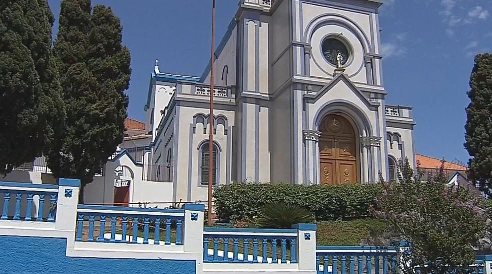 Furto aconteceu no horário de almoço, momento em que a igreja fica aberta para as pessoas rezarem  — Foto: Reprodução/TV TEM