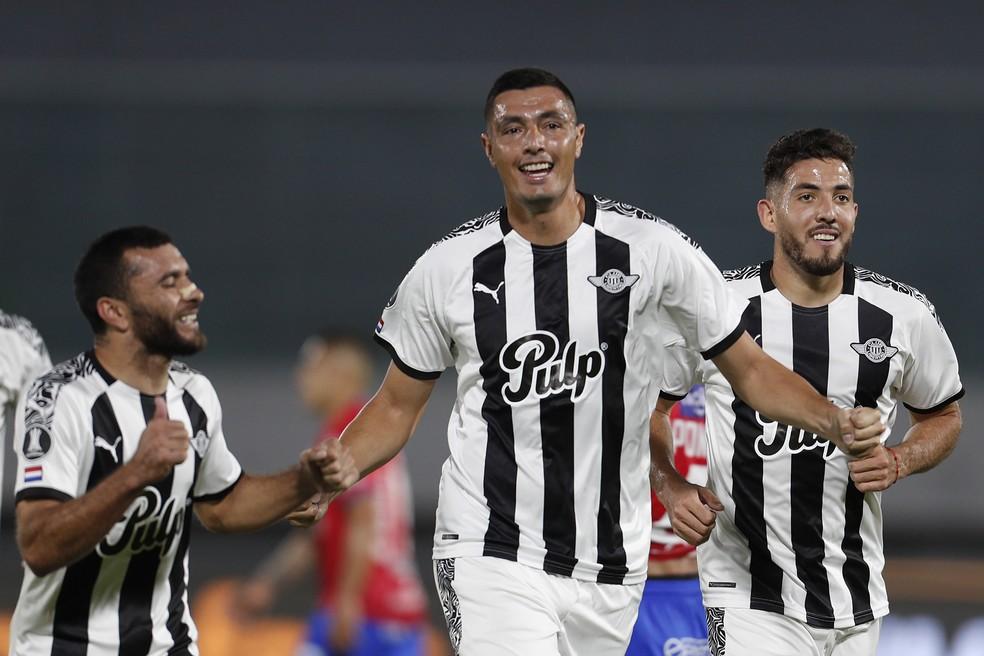 Óscar Cardozo comemora um de seus gols na classificação do Libertad — Foto: Juan Karita-Pool/Getty Images