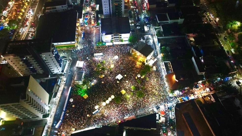 Chuva não atrapalhou animação do público na primeira noite do carnaval de Natal no bairro Ponta Negra (Foto: A&A Photo Drone/Prefeitura de Natal/Divulgação)
