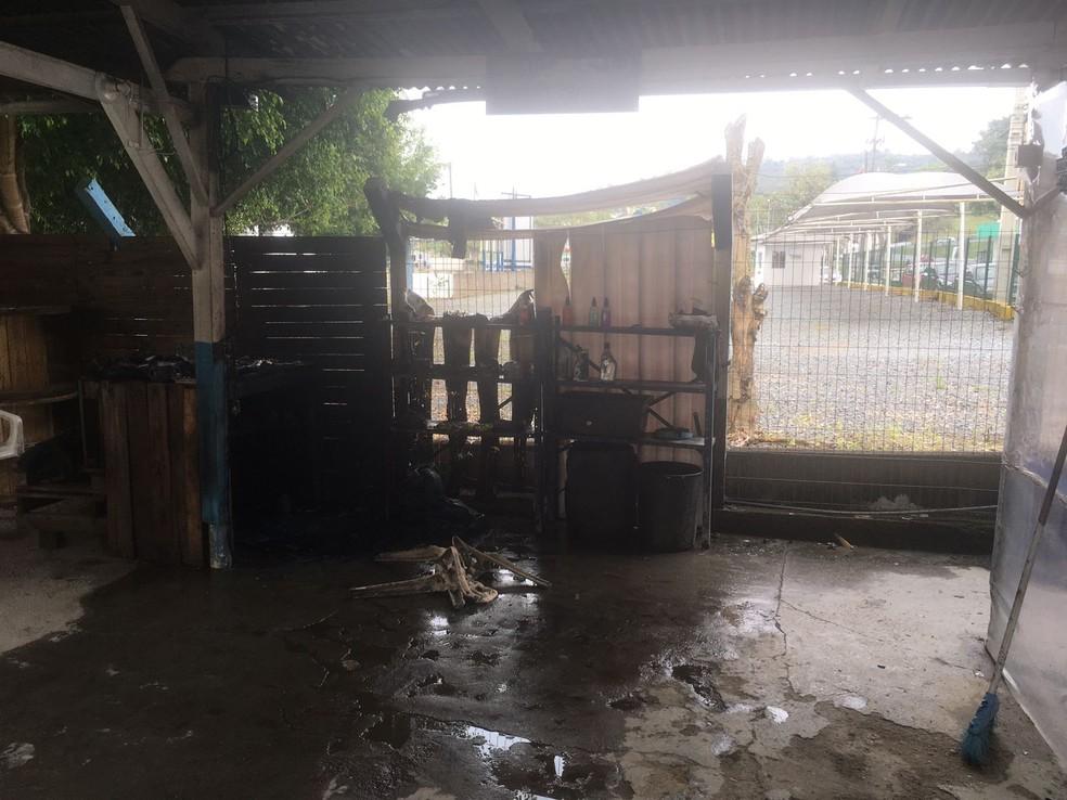 Parte da estrutura de madeira foi atingida pelo fogo — Foto: Corpo de Bombeiros/Divulgação
