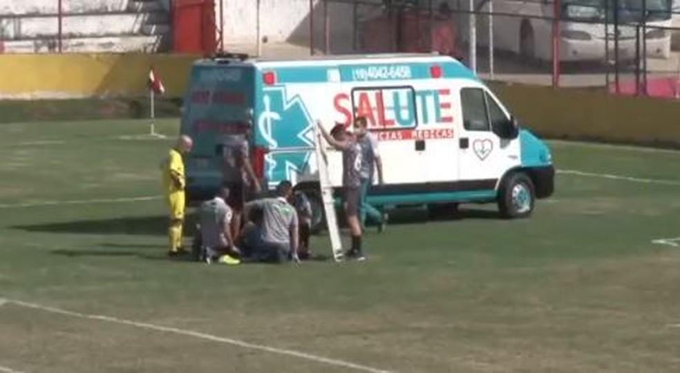 Lateral da Inter de Limeira, Daniel Vançan saiu de campo com o braço esquerdo imobilizado — Foto: Reprodução/ FPF TV