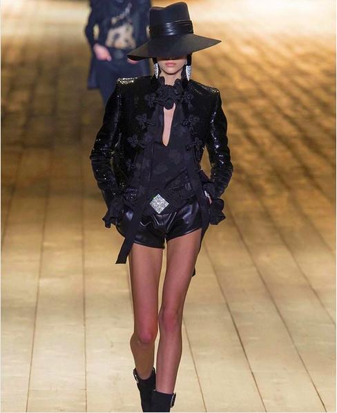 A foto da filha de Cindy Crawford, Kaia Gerber, que foi alvo de críticas pela suposta magreza excessiva da modelo (Foto: Instagram)