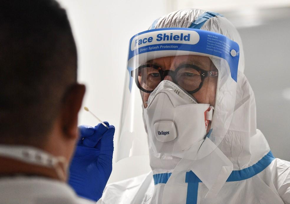 Médico faz teste de covid-19 em um passageiro no aeroporto de Düsseldorf, Alemanha, segunda-feira, 27 de julho de 2020 — Foto: Martin Meissner/AP
