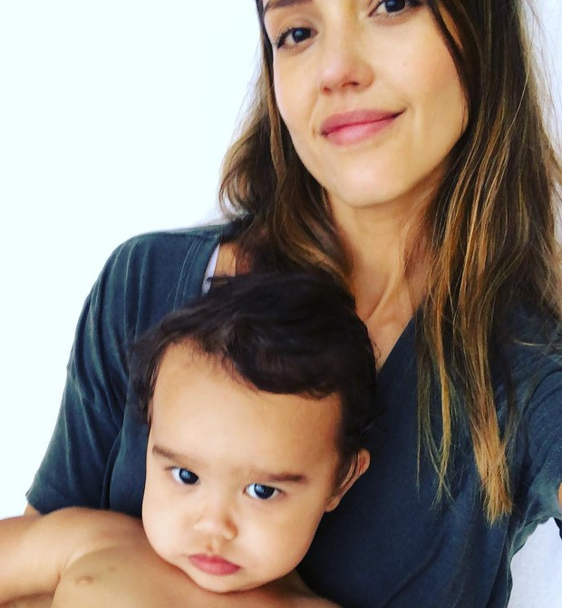 Jessica Alba comemora o primeiro aniversário do caçula e relembra seu nascimento, há exatamente 1 ano (Foto: Reprodução Instagram)