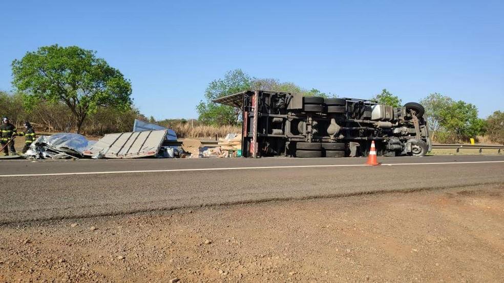 Um caminhão que transportava armas, munições, pólvora e outros materiais usados pelo exército tombou na manhã desta quarta-feira  — Foto: Arquivo Pessoal