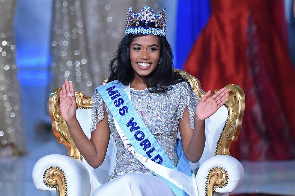 Toni-Ann Singh sorri posando  para fotos após ser coroada Miss Mundo na Excel Arena, em Londres, na noite de sábado (14) — Foto: Daniel Leal-Olivas/AFP