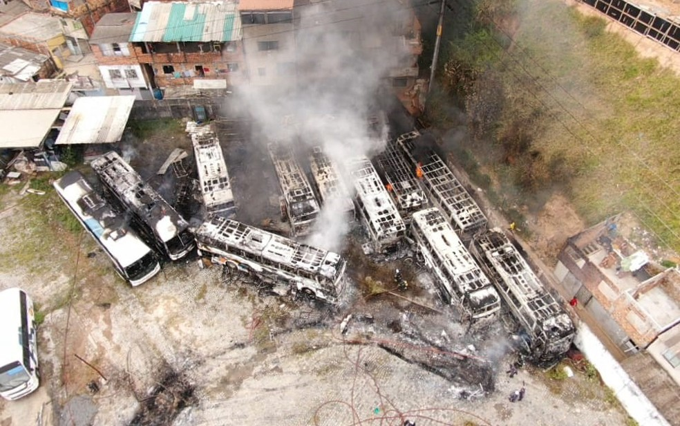 Ônibus ficaram destruído após incêndio — Foto: Divulgação/Corpo de Bombeiros