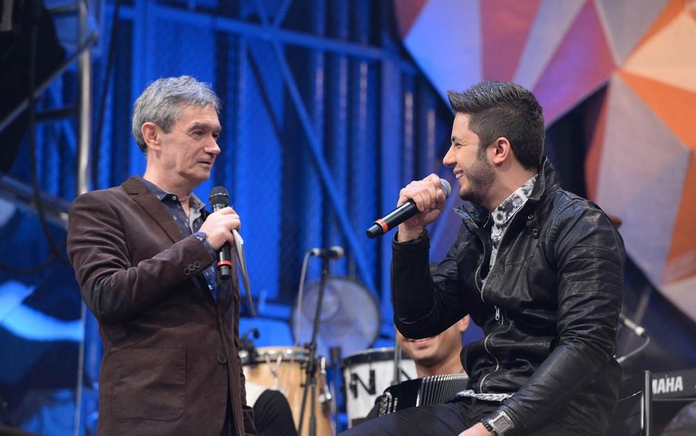 O cantor Cristiano Araújo e o apresentador Serginho Goisman, durante gravação do programa 'Altas Horas' especial sobre o Dia do Rock, em julho de 2014 — Foto: Zé Paulo Cardeal/Rede Globo