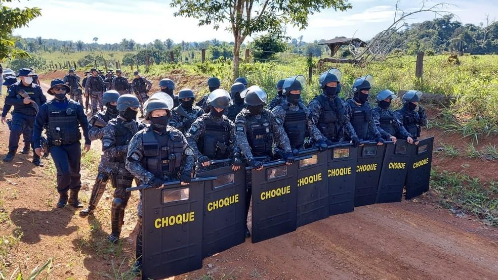 Policiais cumprem mandado para reintegrar área invadida em RO — Foto: Sedam/Reprodução