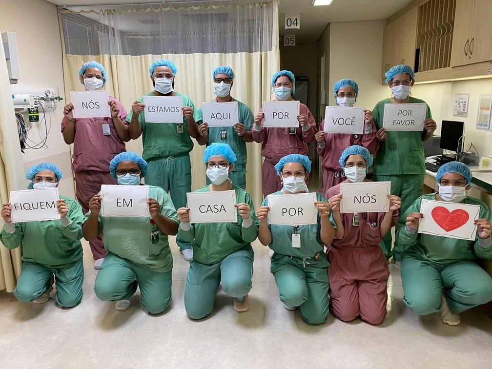 Equipe do Hospital A.C. Camargo Câncer Center, em São Paulo, posa com mensagem de solidariedade ao público — Foto: Erika Hara Firmino/Arquivo pessoal via VC no G1