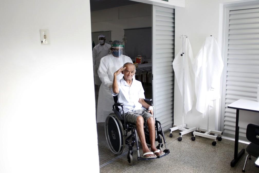 Idoso que ficou internado por Covid-19 recebe alta em Manaus — Foto: Ione Morreno/Semcom