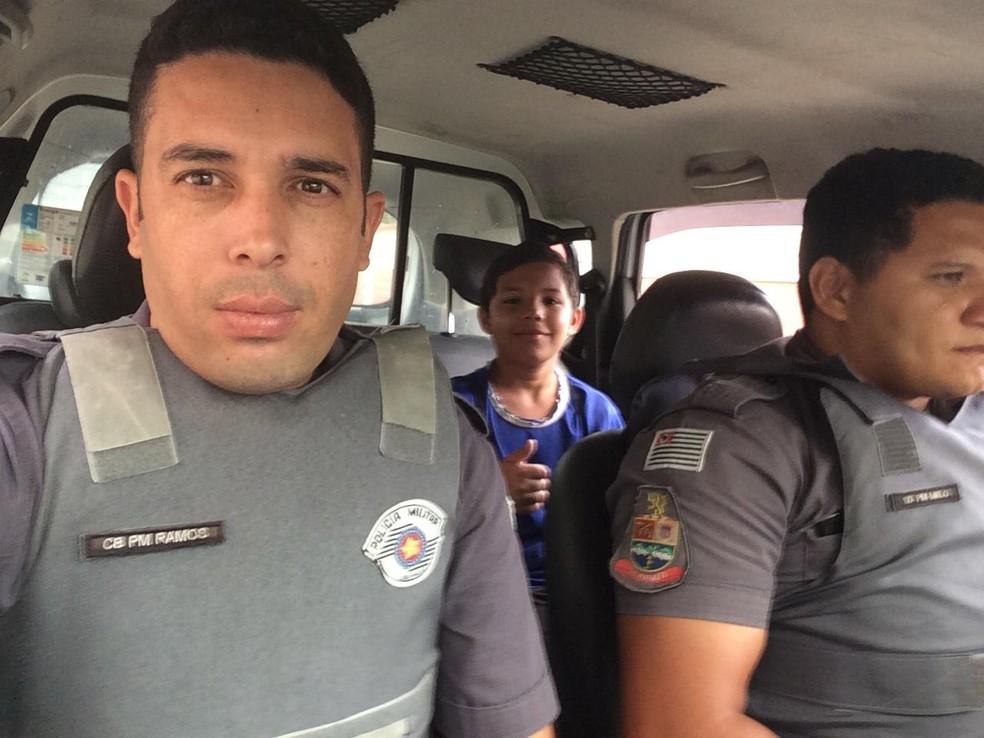 Cabo Ramos, Matheus e o colega durante carona em Guarujá, SP — Foto: Arquivo Pessoal