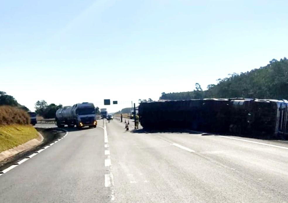 No local do acidente, apenas a pista da direita ficou liberada ao tráfego — Foto: Polícia Rodoviária/Divulgação