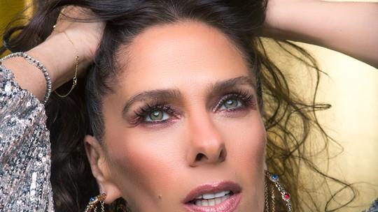 Adriane Galisteu ensina passo a passo de maquiagem para as festas de fim de ano