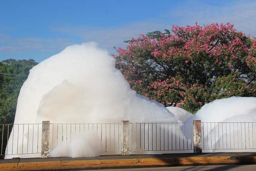 Espuma tóxica invade Córrego do Ajudante em Salto — Foto: Robson Santos Neves/Arquivo pessoal