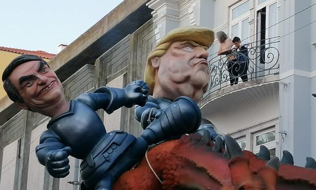 Bolsonaro caindo do dragão ao lado de Trump no carnaval de Torres Vedras