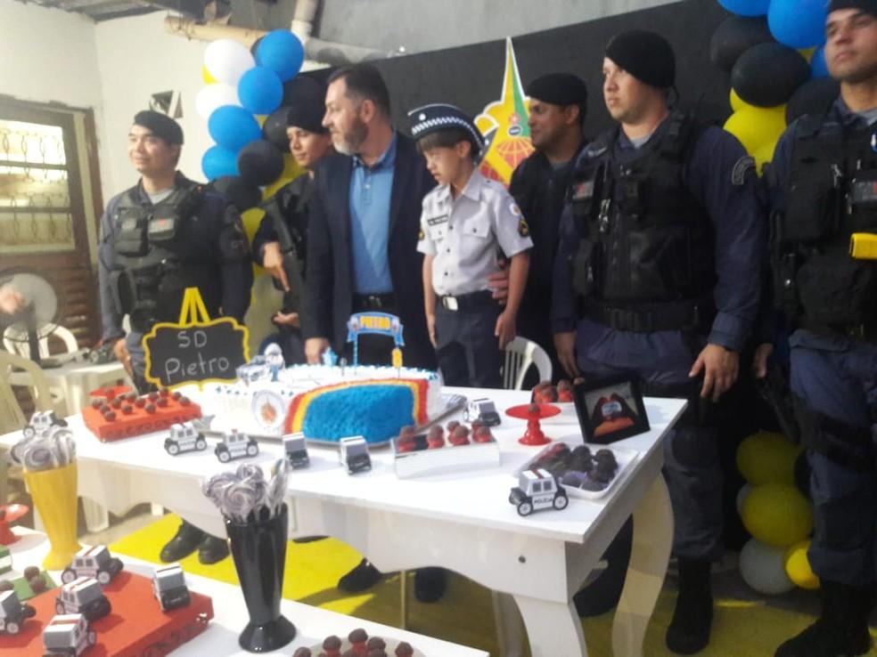 """Pietro, que tem síndrome de Down, ganha uma festa surpresa com o tema """"Polícia Militar"""".  — Foto: Arquivo pessoal"""