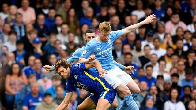Alonso e De Bruyne disputam jogada durante Chelsea x City