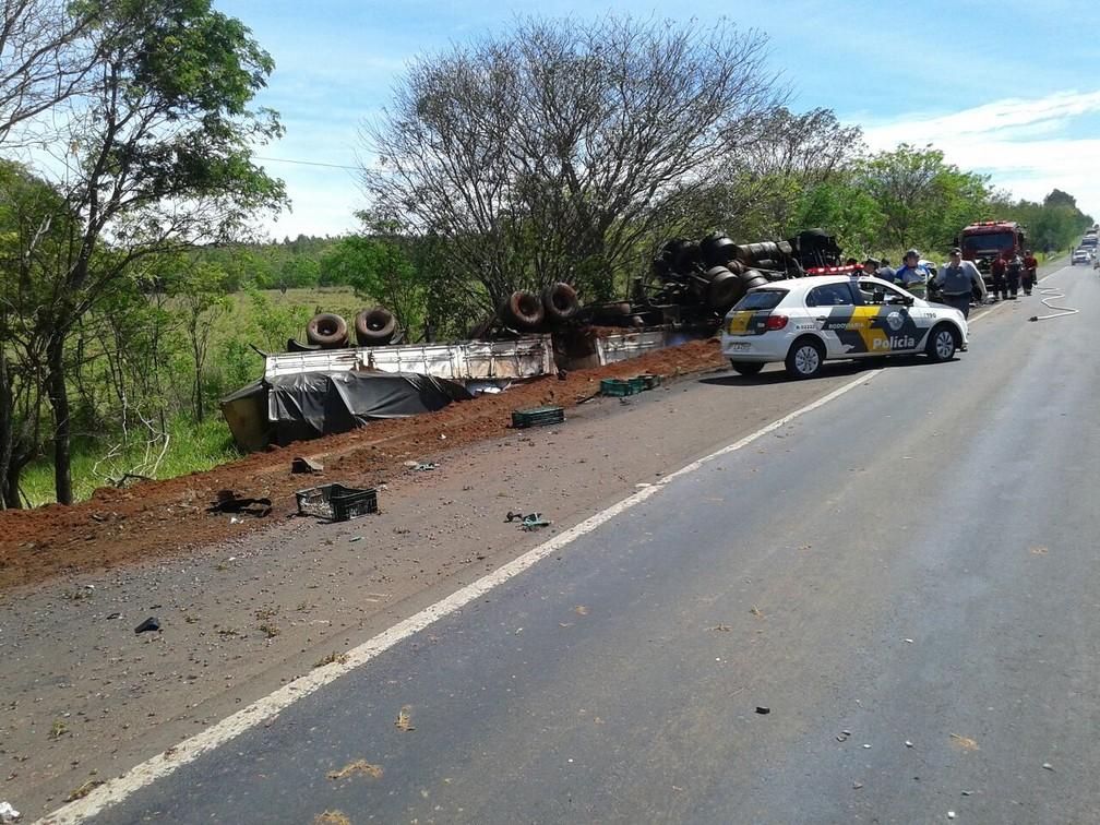 Caminhão tombou no acostamento após a colisão frontal com a picape (Foto: Cedida/Polícia Militar Rodoviária)