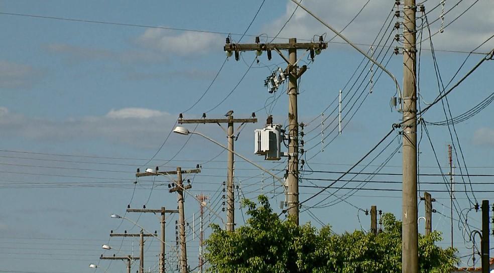 Pipa com linha metálica encostou na rede elétrica (Foto: Paulo Chiari/EPTV)